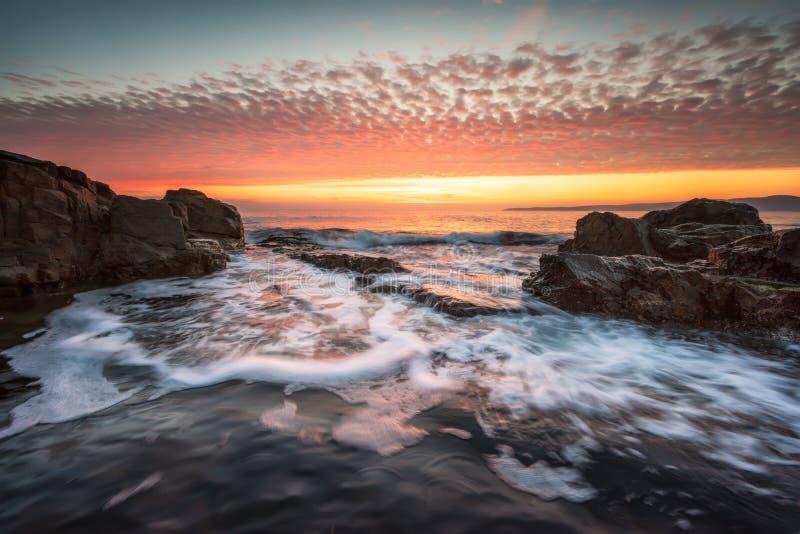 岩石海岸线的风雨如磐的海 图库摄影