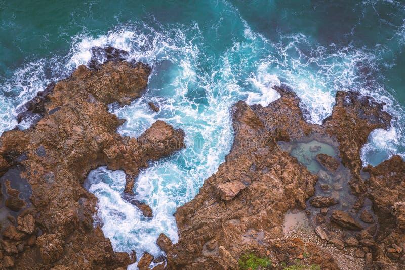 岩石海岸线空中顶视图在南非 免版税库存图片