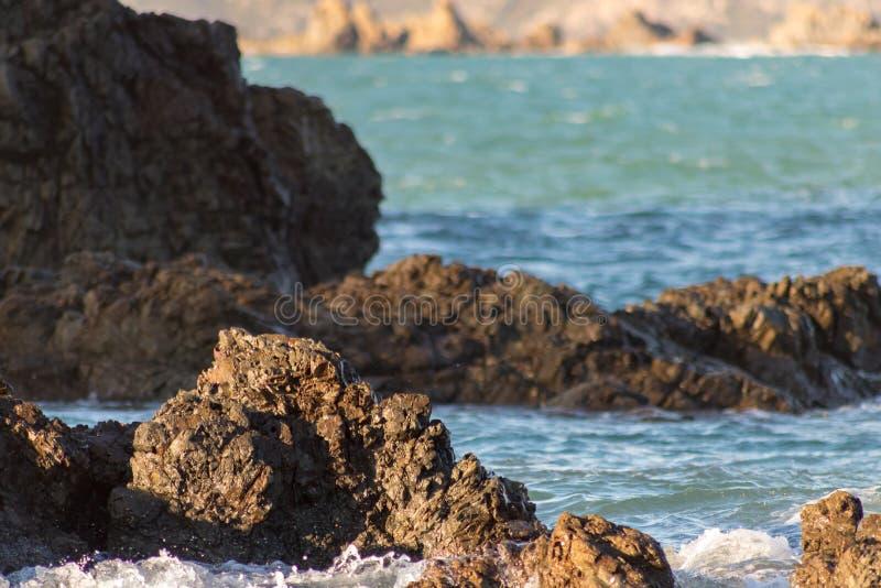 岩石海岸线,温暖的下午颜色 免版税图库摄影