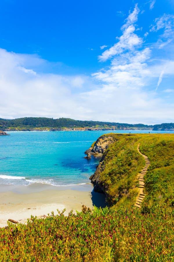 岩石海岸线Mendocino海湾峭壁步海滩v 免版税库存照片