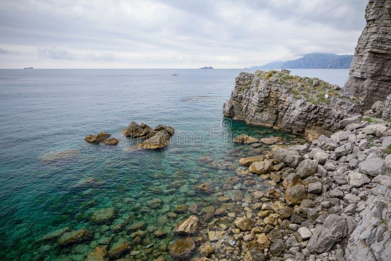 岩石海岸长的曝光水平的看法射击了与beautifu 免版税库存照片