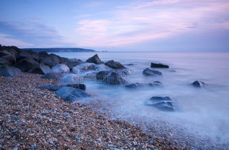 岩石海滩的黄昏 库存图片