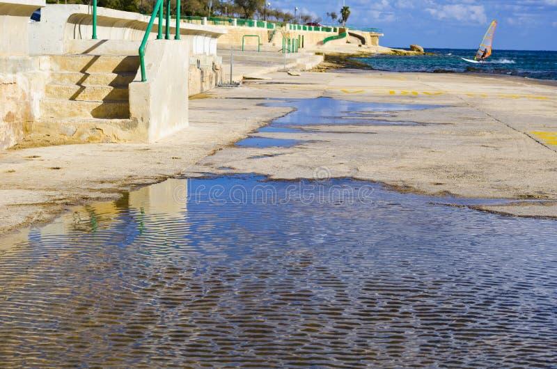 岩石海滩在冬天,马耳他 免版税图库摄影