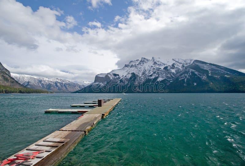 岩石湖的山 库存照片