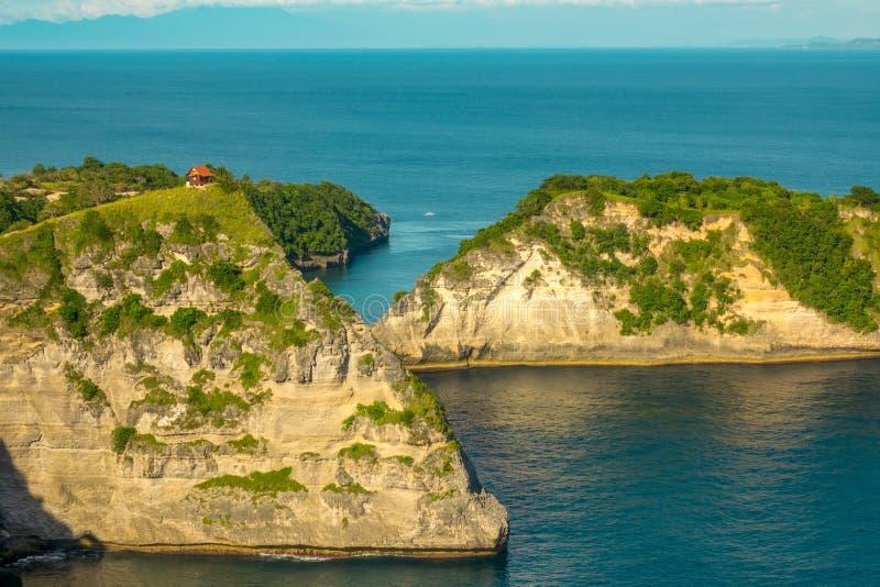 岩石热带海岸和一个小屋在上面 免版税图库摄影