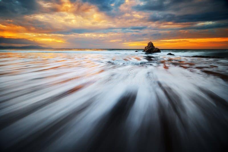 岩石用在Sopelana海滩的柔滑的水 免版税图库摄影