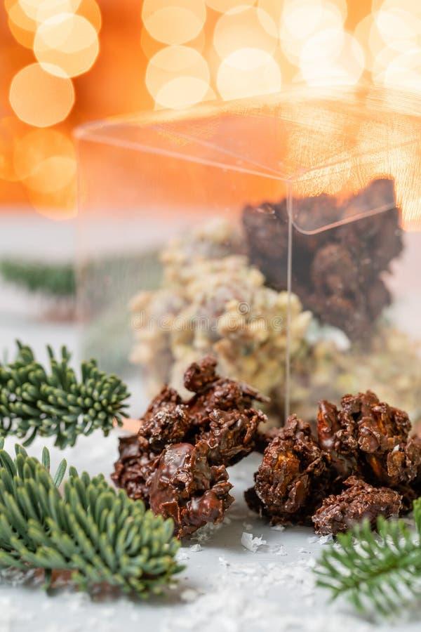 岩石用巧克力和坚果 r r 与坚果的格兰诺拉麦片棒,果子,巧克力和 图库摄影