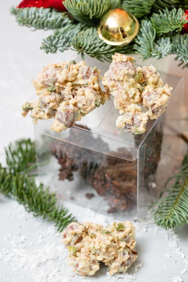 岩石用巧克力和坚果 r r 与坚果的格兰诺拉麦片棒,果子,巧克力和 免版税库存照片