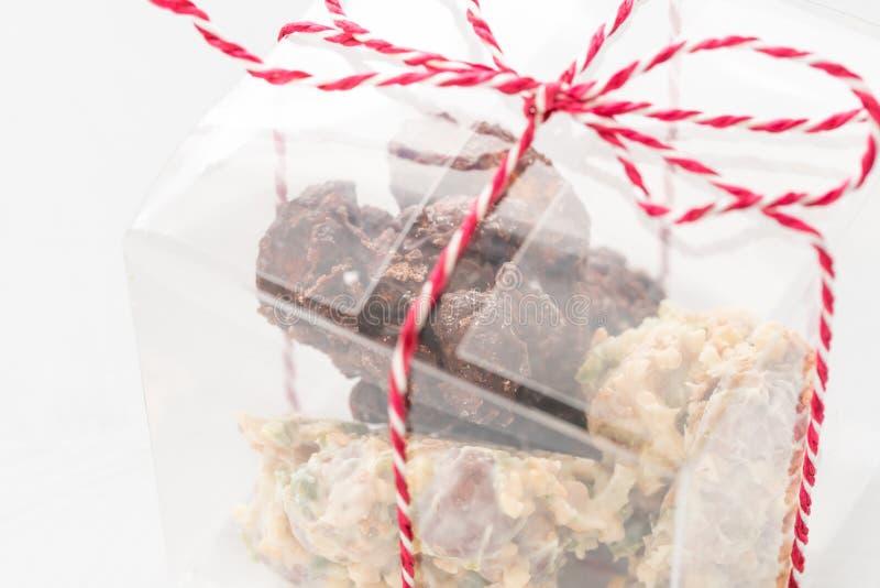 岩石用巧克力和坚果 r r 与坚果的格兰诺拉麦片棒,果子,巧克力和 库存图片