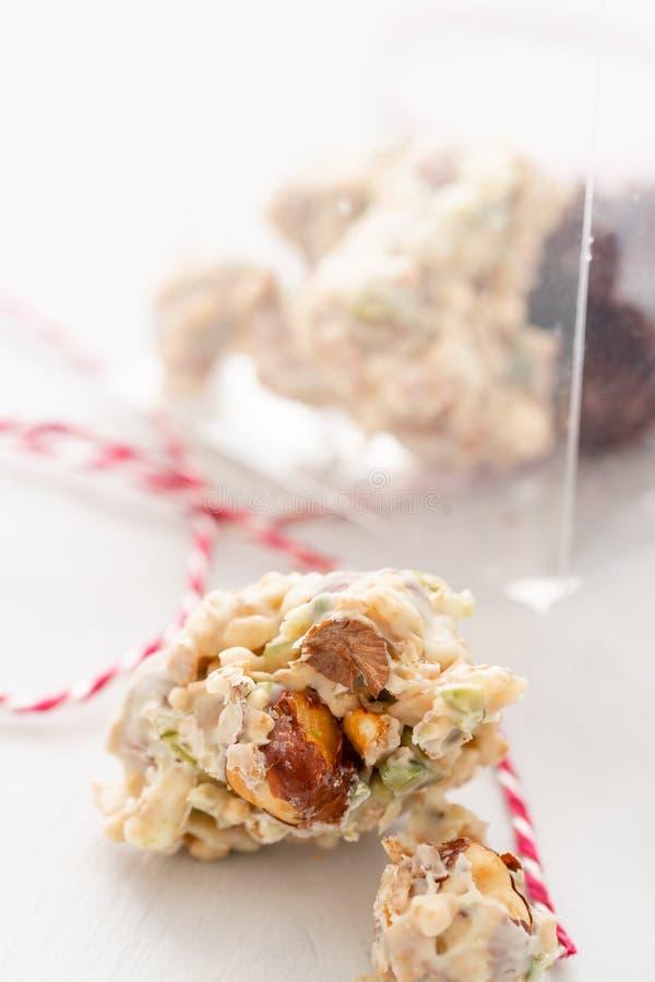 岩石用巧克力和坚果 r r 与坚果的格兰诺拉麦片棒,果子,巧克力和 免版税库存图片