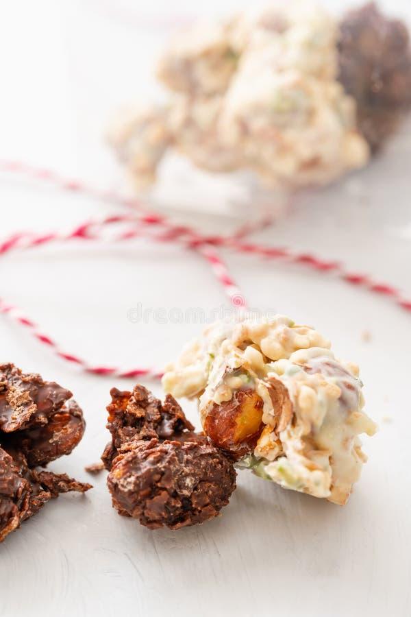岩石用巧克力和坚果 r r 与坚果的格兰诺拉麦片棒,果子,巧克力和 库存照片