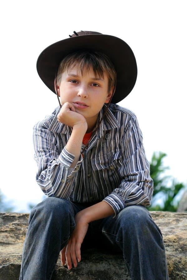 岩石的乡村男孩 免版税库存照片