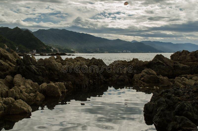 岩石的反射在海 免版税库存图片