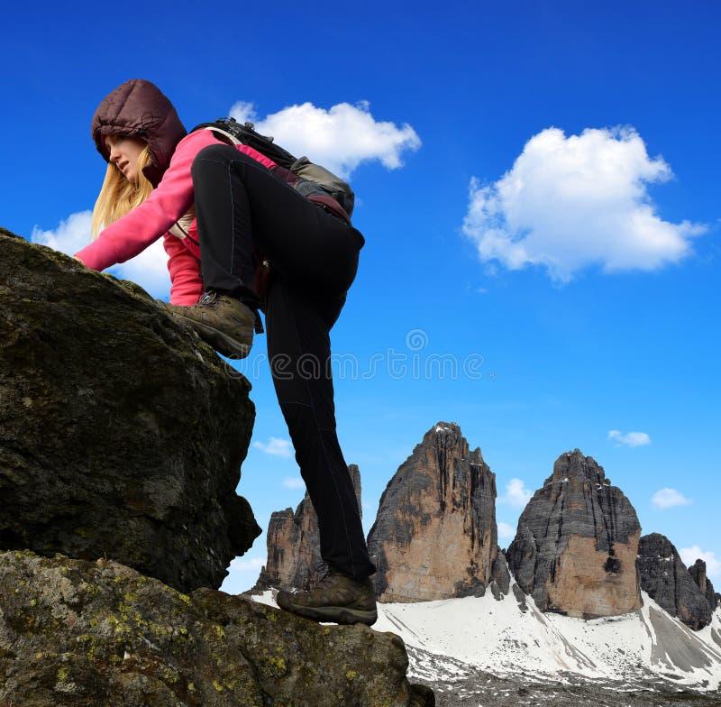 岩石的女孩,在背景Tre Cime di Lavaredo中 免版税库存照片
