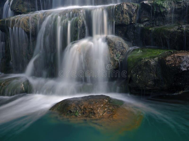 岩石的特写镜头与瀑布的被弄脏的行动的 免版税库存图片