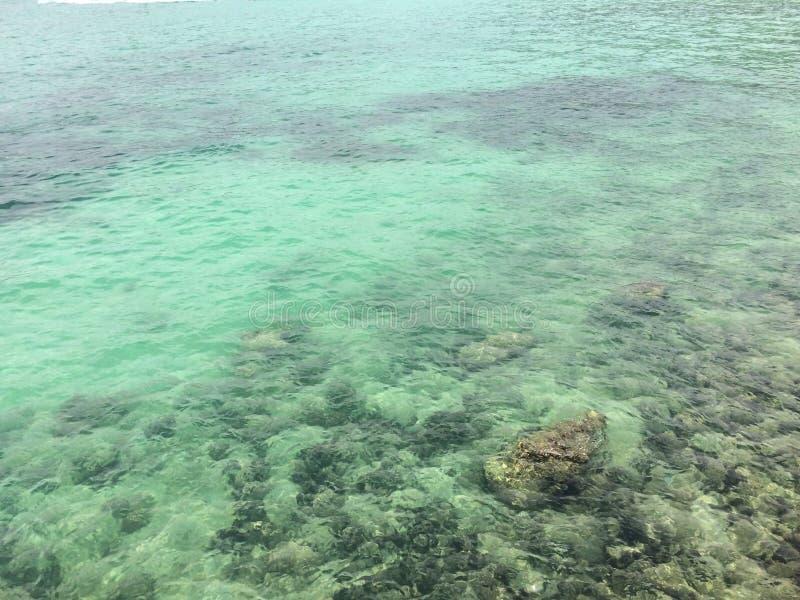 岩石的蓝色海沿海 图库摄影