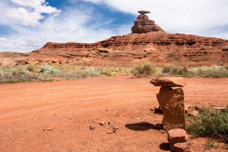岩石石标和墨西哥帽岩层在犹他deser 免版税库存图片