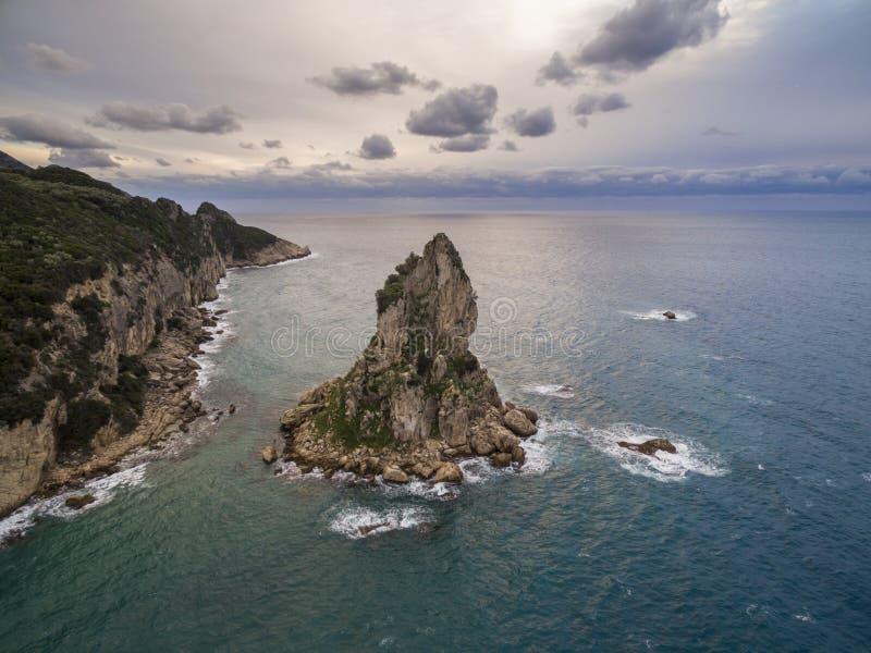 岩石空中寄生虫射击和海在科孚岛希腊 库存照片