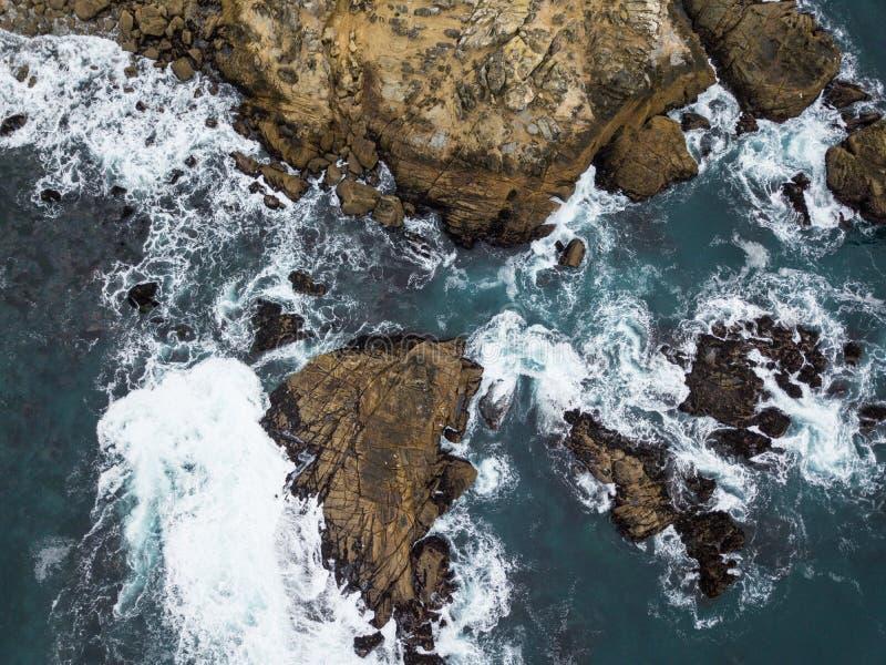 岩石索诺马海岸线天线在北加利福尼亚 免版税库存照片