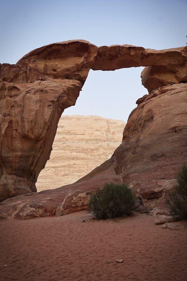 岩石自然桥梁在沙漠 免版税库存图片