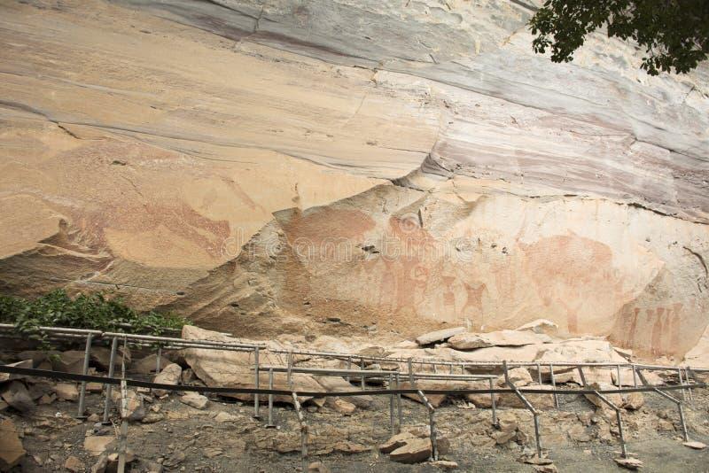 岩石艺术在Pha Taem国家公园包括在峭壁的有人的特点和动物图在乌汶叻差他尼,泰国 免版税库存照片