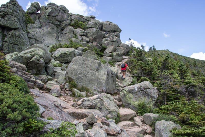 岩石足迹的远足者 库存照片