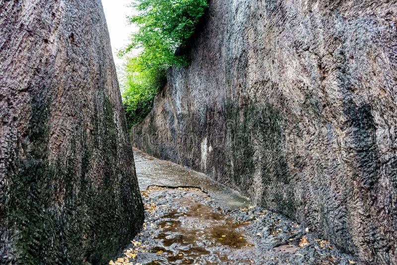 岩石路令人敬畏的短冷期在budhhiest石小山的,由裁减修造参观的岩石到budhha寺庙在sankaram村庄vi 库存图片