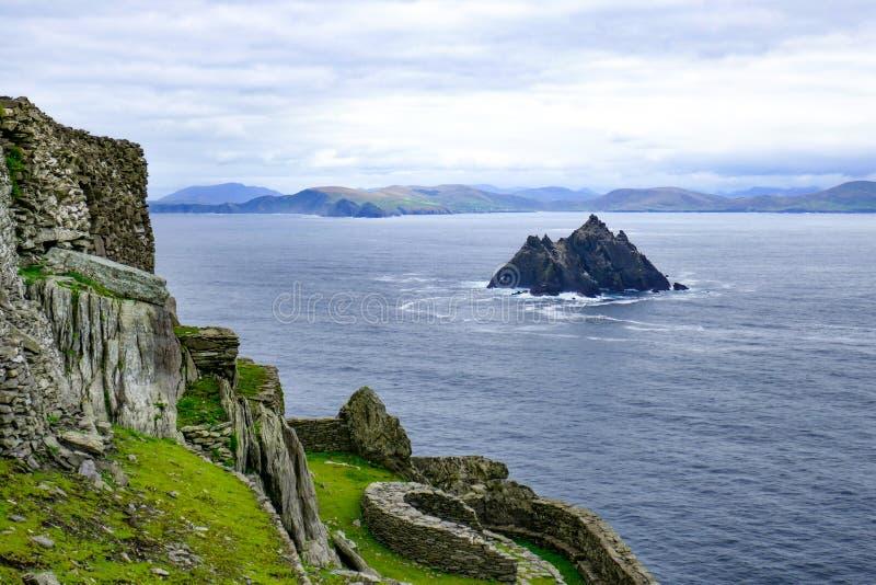 岩石陡峭的小的Skellig海岛在大西洋,爱尔兰,如被看见从斯凯利格・迈克尔岛海岛,大两个 免版税库存照片