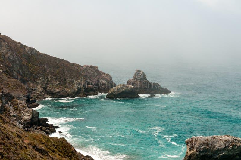 岩石雾覆盖了Calfornia海岸线 免版税库存图片