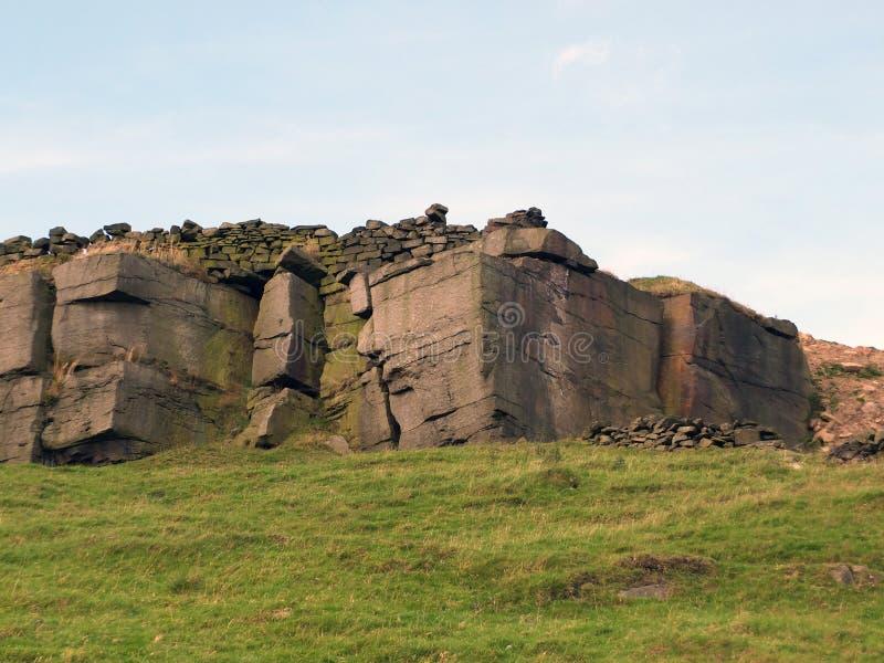 岩石露出冰砾和石墙在约克夏 免版税库存图片