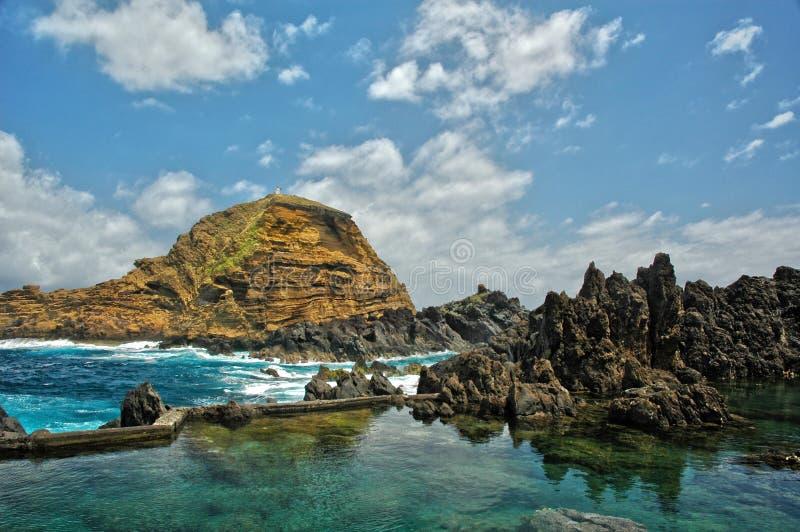 岩石露出和蓝绿色海洋 免版税库存图片