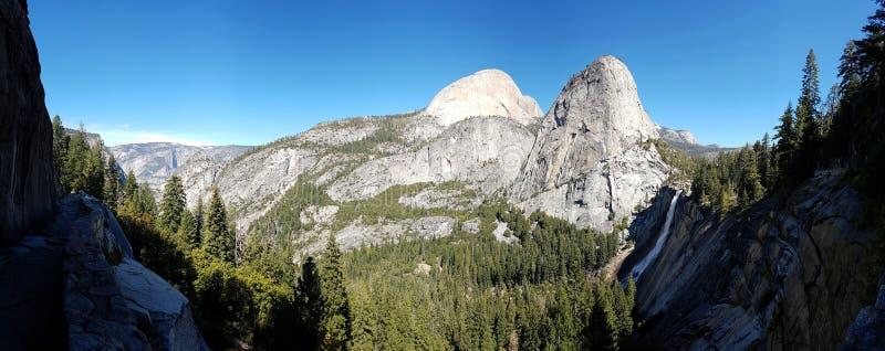 岩石面孔、forrests和瀑布 库存照片