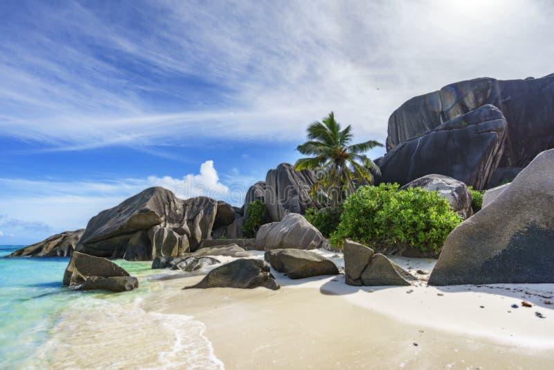 岩石,白色沙子,棕榈,在热带海滩, la diqu的绿松石水 免版税库存照片