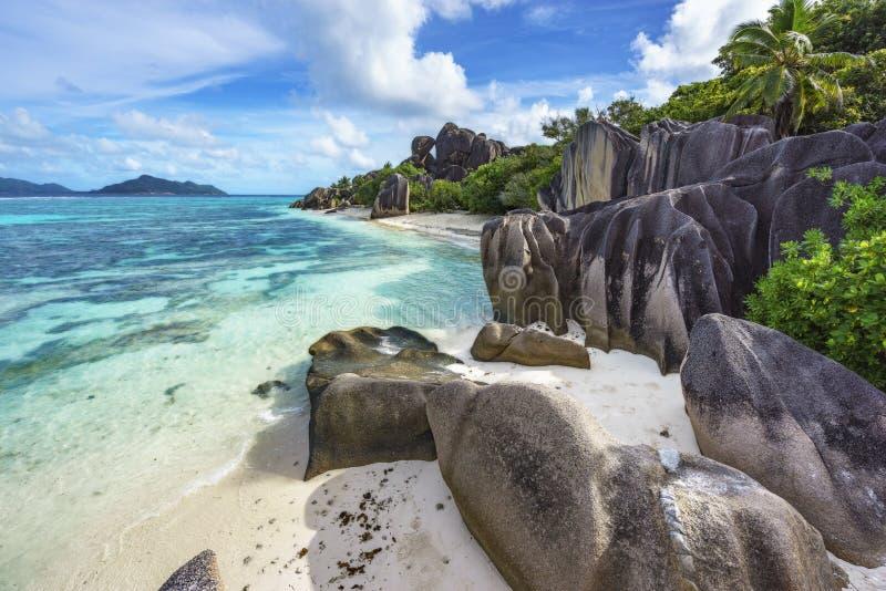 岩石,白色沙子,棕榈,在热带海滩, la diqu的绿松石水 免版税库存图片