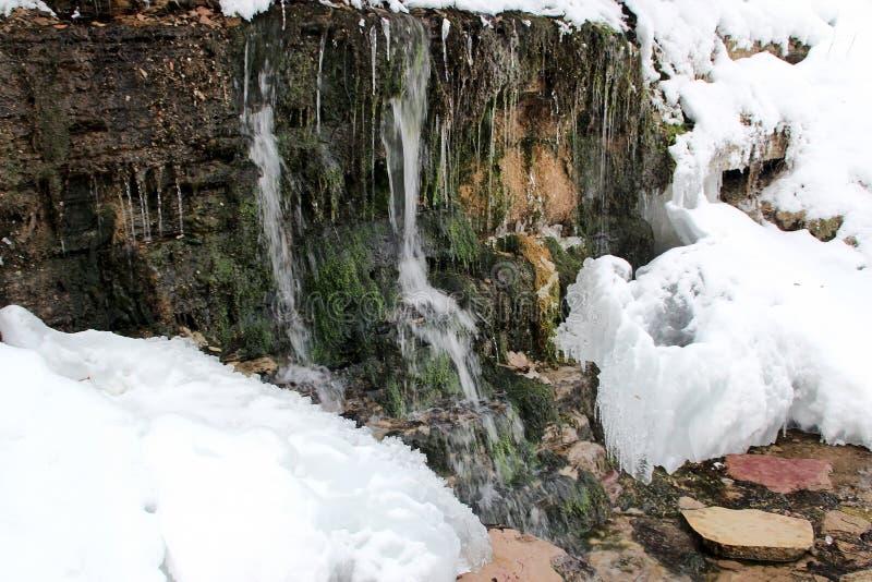 岩石 水和冰 免版税库存图片