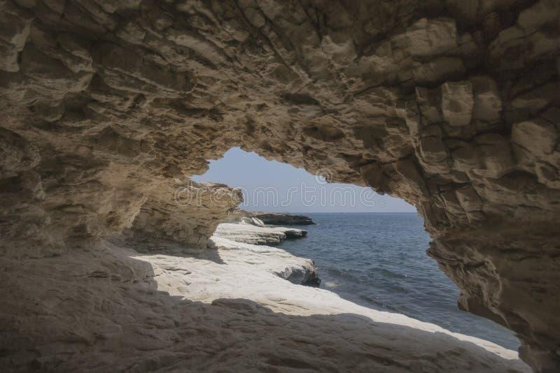 洞 岩石临近州长` s海滩,塞浦路斯风景 免版税库存照片