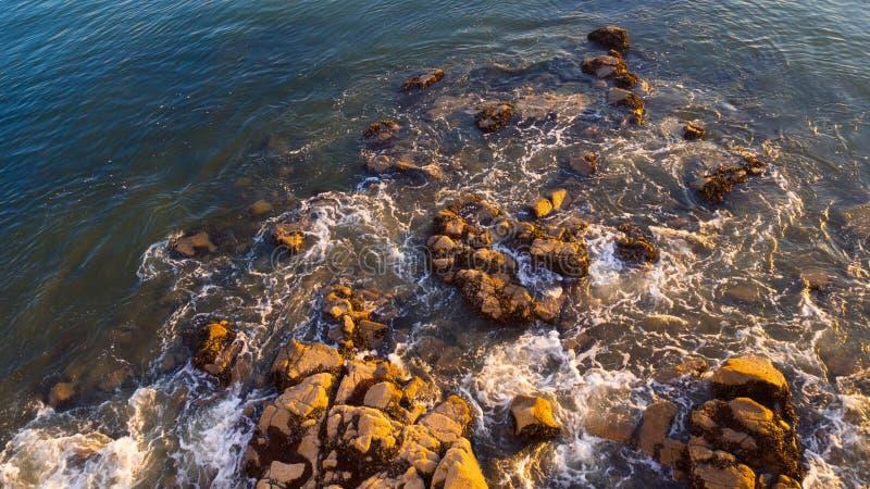岩石临近河沿 库存照片