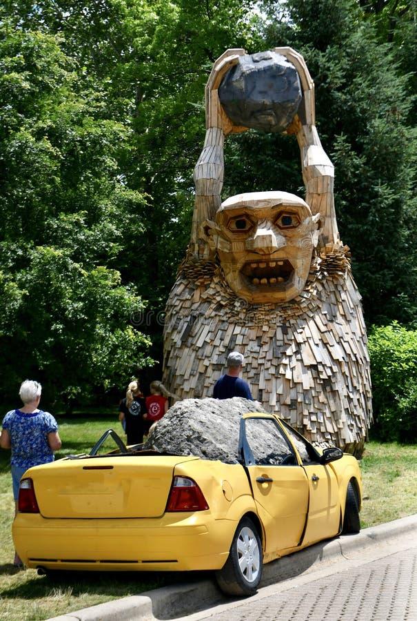 岩石Bardur和黄色汽车 免版税图库摄影