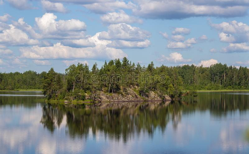 岩质岛和它的反射 库存照片