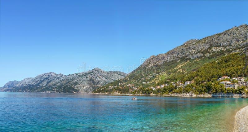 岸亚得里亚海, Brela,克罗地亚的看法 免版税库存照片