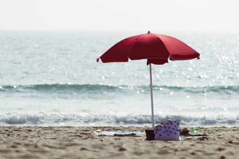 岸和沙滩伞 免版税图库摄影