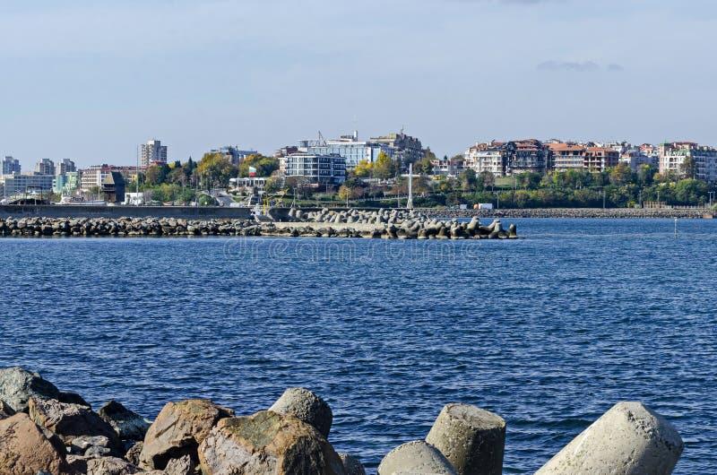 岸手段海景在黑海的老近的新村的Nessebar 免版税库存照片