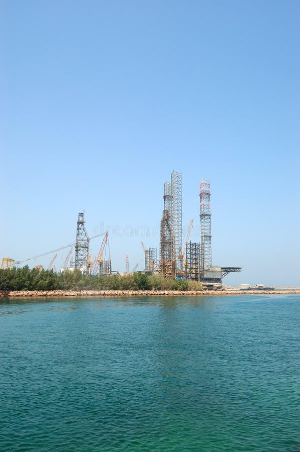 岸的石油钻井站点 库存照片