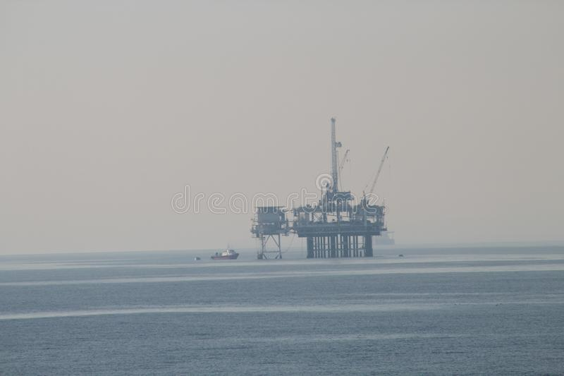 岸石油平台船 库存图片