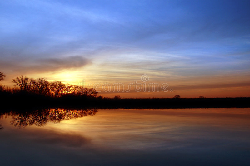 岸边的日落 库存照片