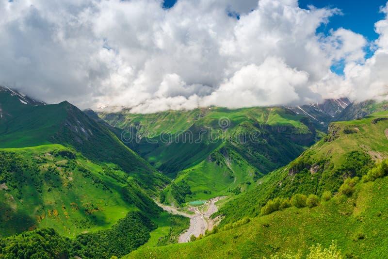 峡谷和从上面山景,高加索的美好的山风景 库存照片