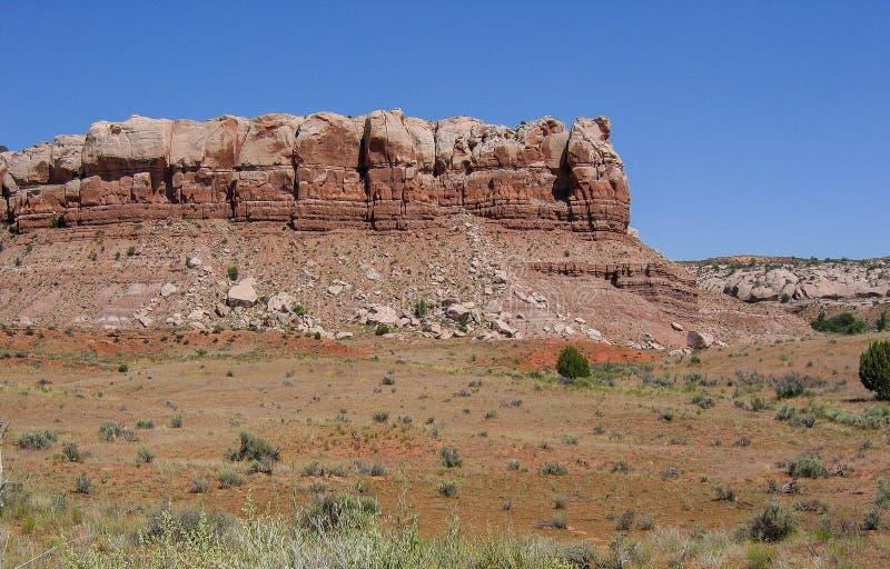 峡谷红色岩石为度假区装边 免版税库存照片