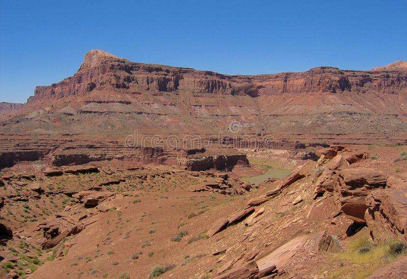峡谷红色岩石峭壁为度假区装边 库存照片