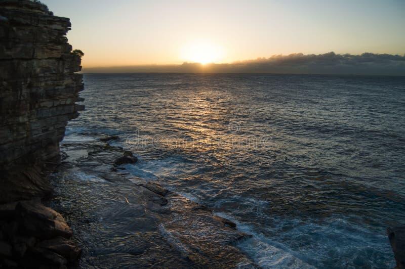 峭壁、日出和海 免版税图库摄影
