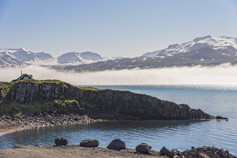 峭壁和山在Borgarfjordur Eystri,冰岛附近 库存照片